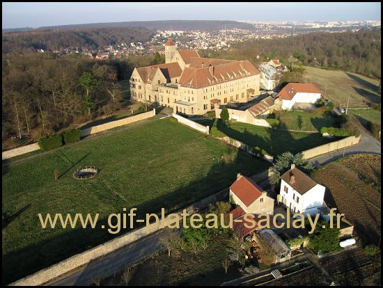 C'est une photo aérienne l'abbaye à vauhllan avec dans le lointain Igny et Paris. Belle photo avec des culeurs d'automne