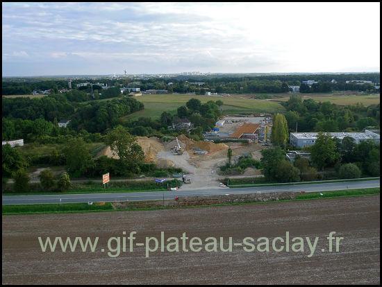 photo aérienne du nouveau pont pour le bus 9106 sur le plateau de saclay avec devant les champs