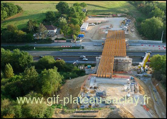 Gros plan en photo aérienne du nouveau pont sur la RN118 à l'est du plateau de Saclay